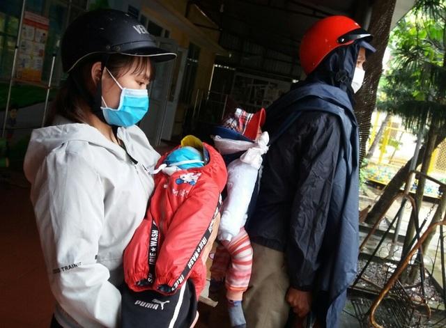 Thương người mẹ nghèo đội mưa ôm 2 con thơ bại não đến viện - 4