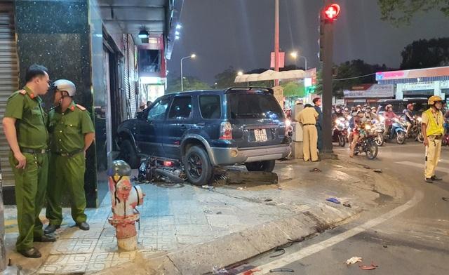 Ô tô tông 7 xe máy ở Sài Gòn, 4 người bị thương  - 1