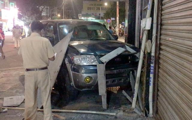 Ô tô tông 7 xe máy ở Sài Gòn, 4 người bị thương  - 2