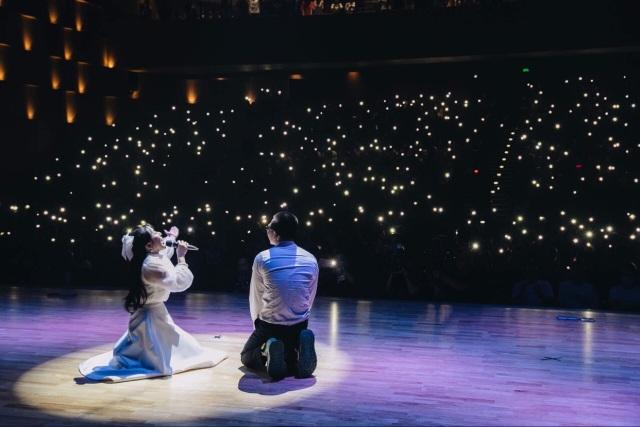 Wowy xúc động quỳ trên sân khấu đểcảm ơn sự nồng nhiệt của khán giả - 4