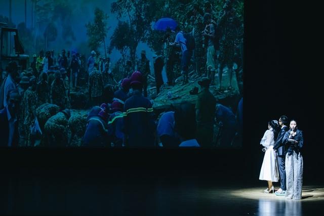 Wowy xúc động quỳ trên sân khấu đểcảm ơn sự nồng nhiệt của khán giả - 11