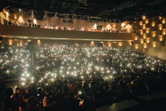 Wowy xúc động quỳ trên sân khấu đểcảm ơn sự nồng nhiệt của khán giả - 3