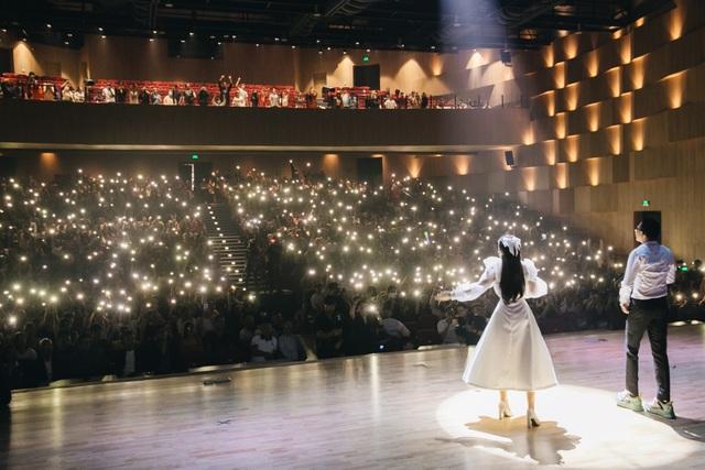 Wowy xúc động quỳ trên sân khấu đểcảm ơn sự nồng nhiệt của khán giả - 7