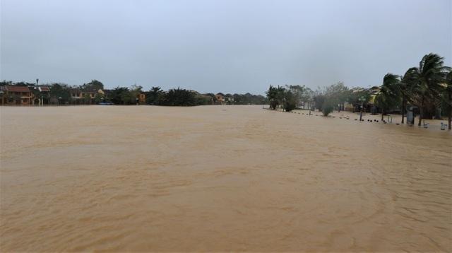 Hình ảnh nước lũ sâu hơn 1m bủa vây phố cổ Hội An - 1