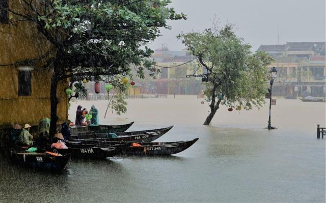 Hình ảnh nước lũ sâu hơn 1m bủa vây phố cổ Hội An - 9