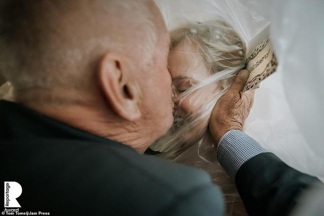 Lễ cưới trên khắp thế giới thay đổi chóng mặt thế nào trong năm 2020? - 14