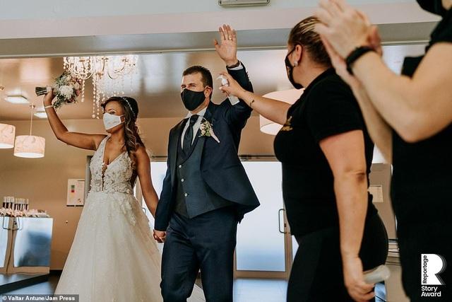 Lễ cưới trên khắp thế giới thay đổi chóng mặt thế nào trong năm 2020? - 16