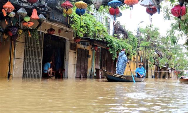 Hình ảnh nước lũ sâu hơn 1m bủa vây phố cổ Hội An - 10