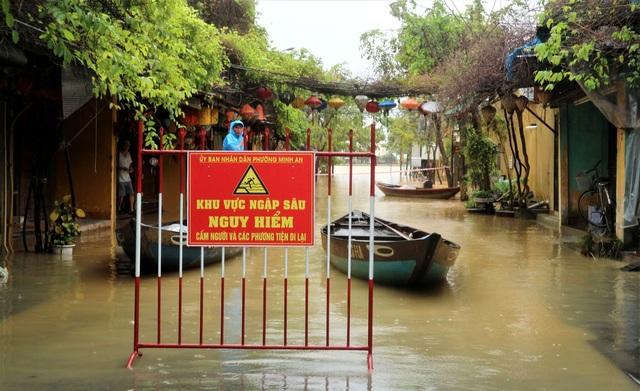 Hình ảnh nước lũ sâu hơn 1m bủa vây phố cổ Hội An - 12