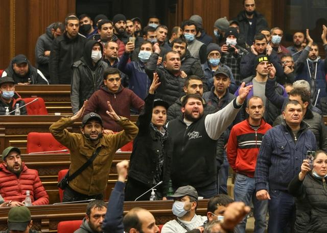 Người Armenia đột kích nhà chính phủ, đánh ngất xỉu Chủ tịch Quốc hội - 1