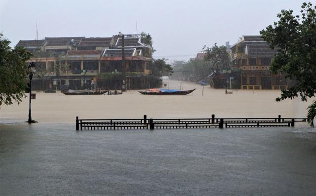 Hình ảnh nước lũ sâu hơn 1m bủa vây phố cổ Hội An - 2