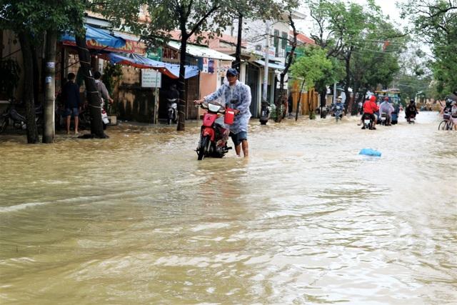 Hình ảnh nước lũ sâu hơn 1m bủa vây phố cổ Hội An - 3