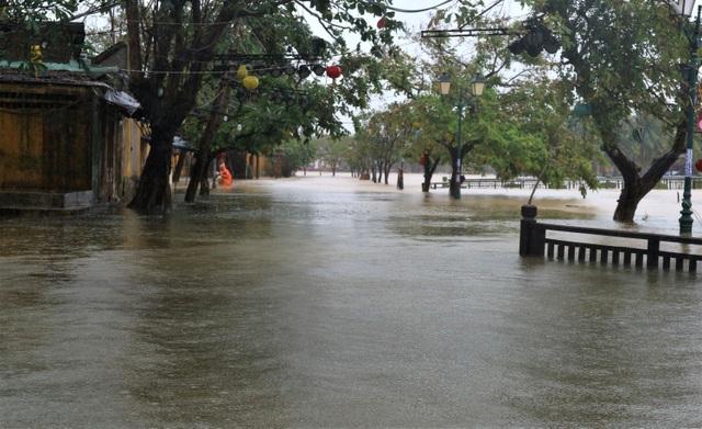 Hình ảnh nước lũ sâu hơn 1m bủa vây phố cổ Hội An - 4