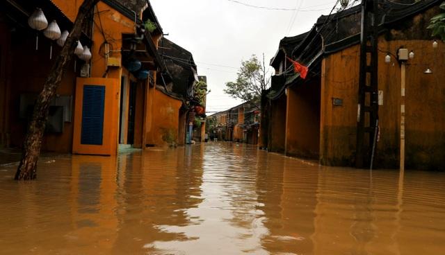 Hình ảnh nước lũ sâu hơn 1m bủa vây phố cổ Hội An - 6