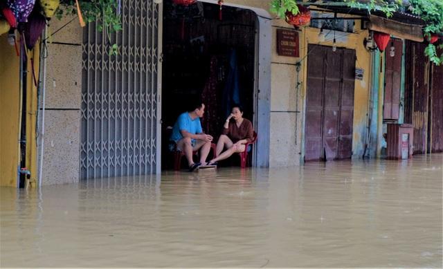 Hình ảnh nước lũ sâu hơn 1m bủa vây phố cổ Hội An - 7