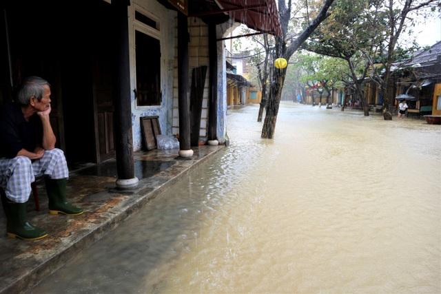 Hình ảnh nước lũ sâu hơn 1m bủa vây phố cổ Hội An - 8