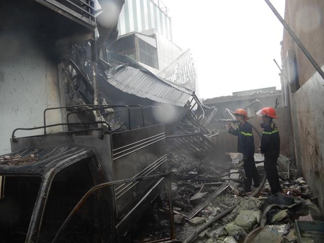 Xưởng sản xuất nến rộng 500m2 bị thiêu rụi trong mưa - 1
