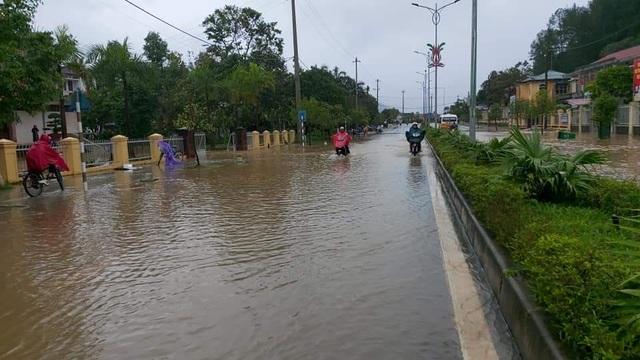 Thừa Thiên Huế: Mưa cực lớn ở thượng nguồn, nước lũ ào vào phố - 3