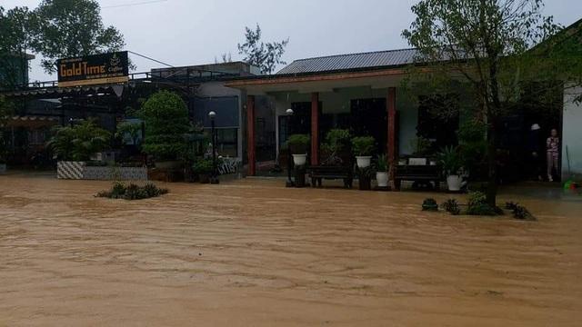 Thừa Thiên Huế: Mưa cực lớn ở thượng nguồn, nước lũ ào vào phố - 1