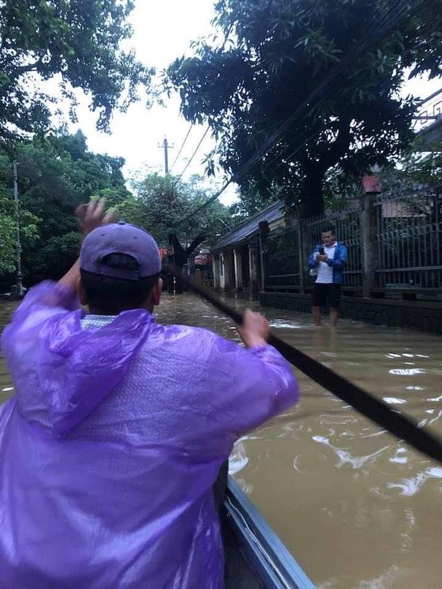 Thừa Thiên Huế: Mưa cực lớn ở thượng nguồn, nước lũ ào vào phố - 8