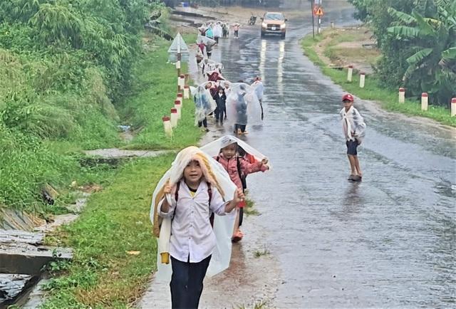 Xót cảnh học sinh vùng cao đội vỏ bao phân đến trường ngày mưa bão - 4