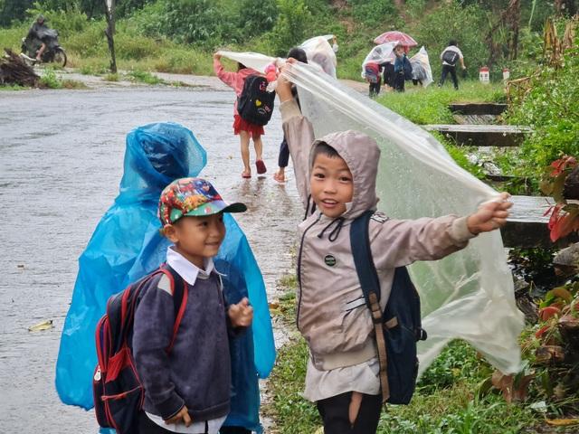 Xót cảnh học sinh vùng cao đội vỏ bao phân đến trường ngày mưa bão - 6