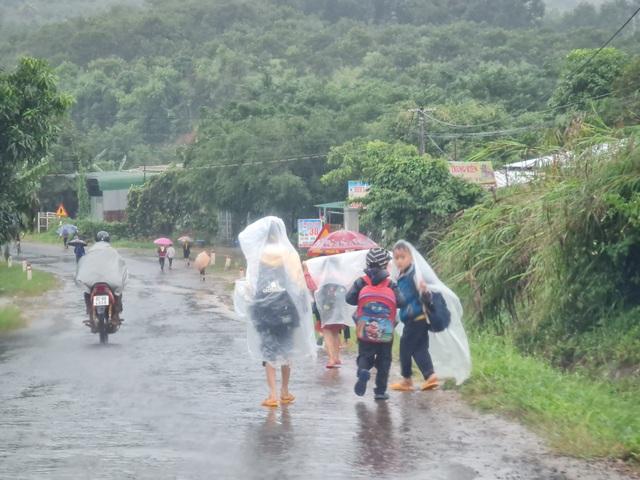 Xót cảnh học sinh vùng cao đội vỏ bao phân đến trường ngày mưa bão - 7