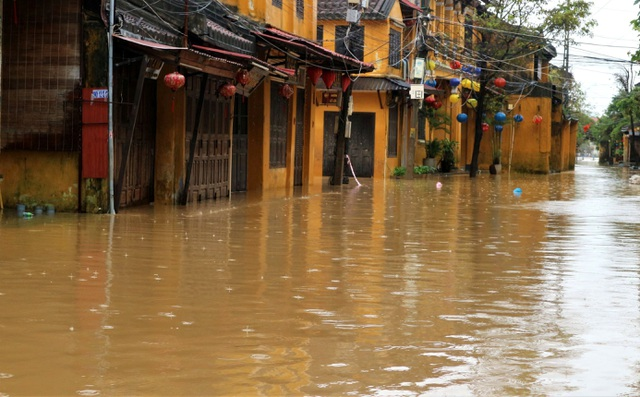 Hình ảnh nước lũ sâu hơn 1m bủa vây phố cổ Hội An - 5