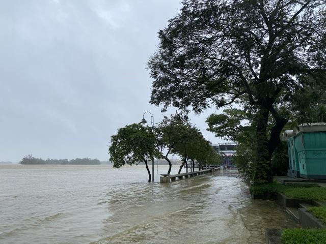 Thừa Thiên Huế: Mưa cực lớn ở thượng nguồn, nước lũ ào vào phố - 7