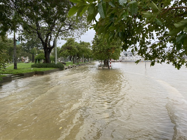 Thừa Thiên Huế: Mưa cực lớn ở thượng nguồn, nước lũ ào vào phố - 5