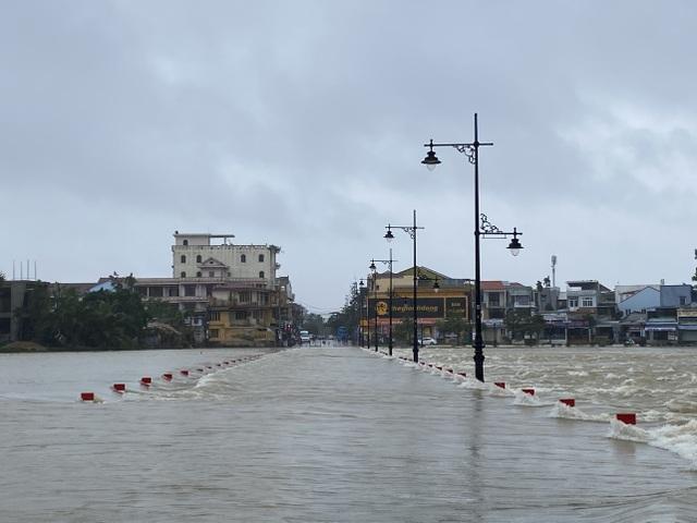 Thừa Thiên Huế: Mưa cực lớn ở thượng nguồn, nước lũ ào vào phố - 6