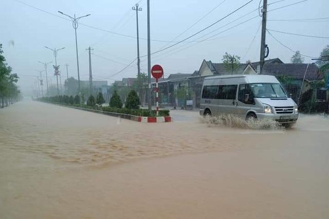 Thừa Thiên Huế: Mưa cực lớn ở thượng nguồn, nước lũ ào vào phố - 2