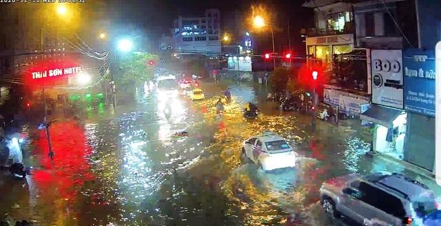 Thừa Thiên Huế: Mưa cực lớn ở thượng nguồn, nước lũ ào vào phố - 9