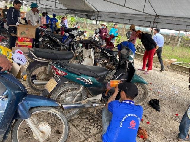 Hồi sinh hàng chục ngàn xe máy ngập nước cho bà con vùng lũ - 2