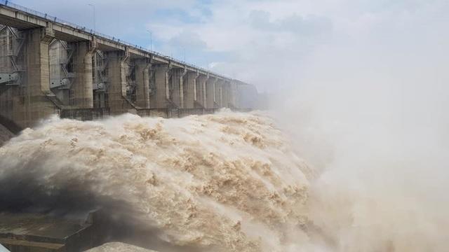 Thừa Thiên Huế: Mưa cực lớn ở thượng nguồn, nước lũ ào vào phố - 10