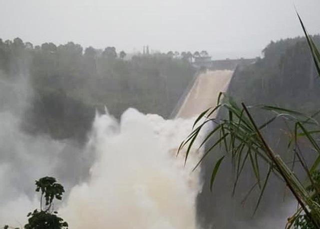 Thủy điện, hồ thủy lợi đồng loạt xả lũ, nguy cơ ngập úng hạ du - 1