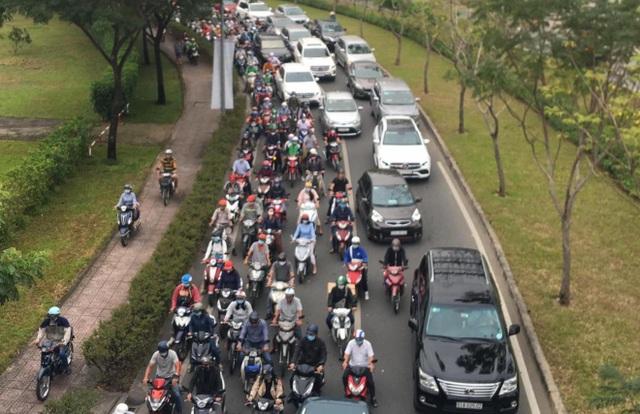 """Xe khách """"đại náo"""" cầu Sài Gòn, cửa ngõ thành phố ùn tắc nghiêm trọng - 4"""