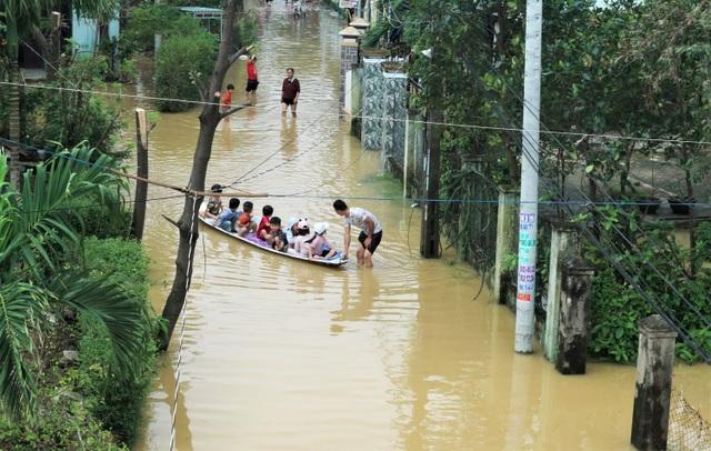 Phố biến thành sông, du khách đổ xô về Hội An đi thuyền ngắm phố - 1