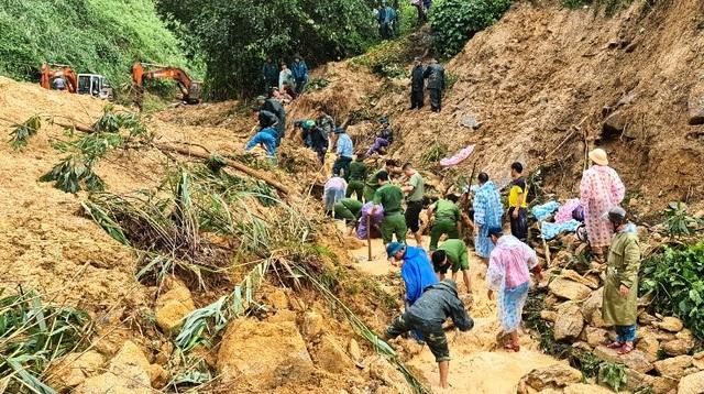 Đất đá lại đổ ập xuống nhóm người đang tìm kiếm nạn nhân sạt lở - 1