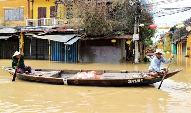 Phố biến thành sông, du khách đổ xô về Hội An đi thuyền ngắm phố - 8