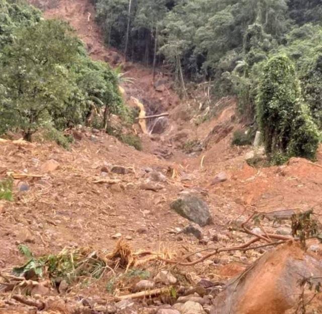 Nhiều tiếng nổ lớn phát ra từ núi, người dân sống trong bất an - 4