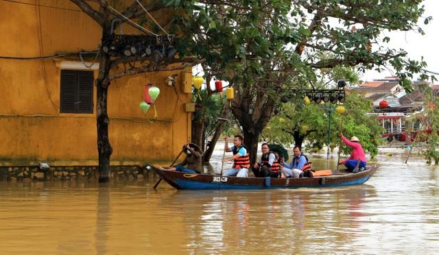 Phố biến thành sông, du khách đổ xô về Hội An đi thuyền ngắm phố - 10