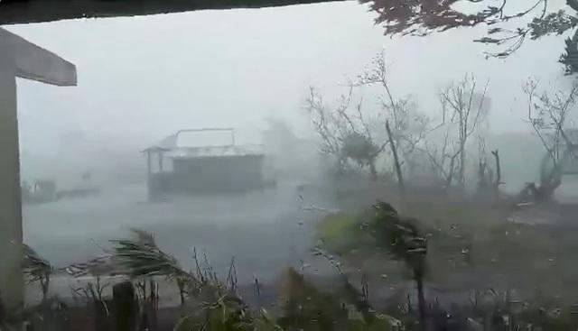 """Bão Vamco càn quét Phillippines, Manila tê liệt trong """"biển"""" nước - 13"""