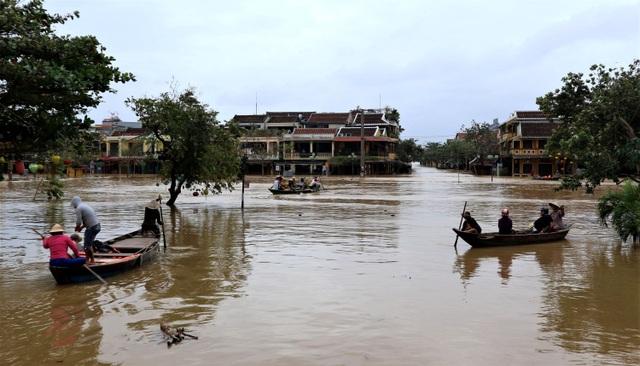Phố biến thành sông, du khách đổ xô về Hội An đi thuyền ngắm phố - 12