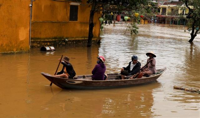 Phố biến thành sông, du khách đổ xô về Hội An đi thuyền ngắm phố - 13