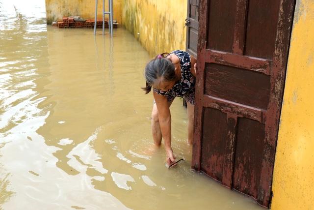 Phố biến thành sông, du khách đổ xô về Hội An đi thuyền ngắm phố - 14