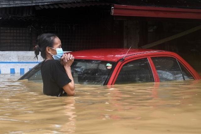 """Bão Vamco càn quét Phillippines, Manila tê liệt trong """"biển"""" nước - 2"""