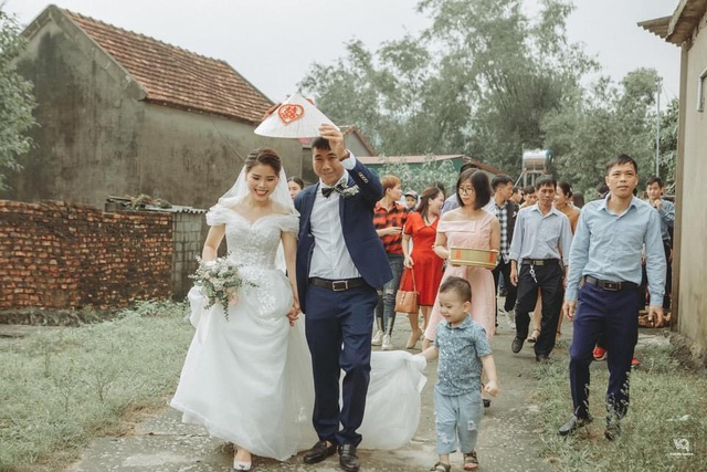 Thích thú ảnh cưới vượt lũ nhưng... vẫn vui của cặp đôi ở Hà Tĩnh - 1