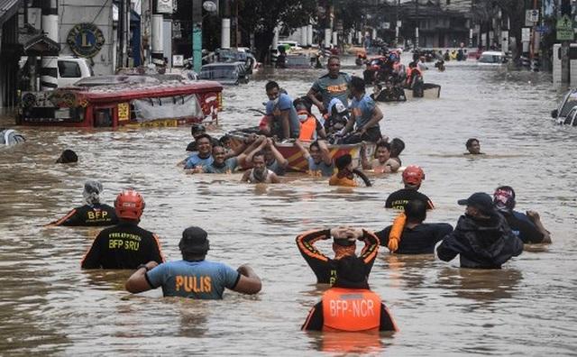 """Bão Vamco càn quét Phillippines, Manila tê liệt trong """"biển"""" nước - 3"""