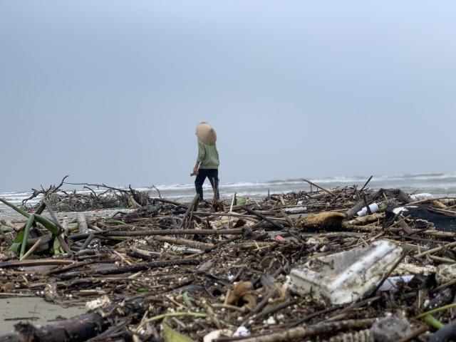 Hàng chục tấn rác bủa vây bãi biển sau lũ - 2